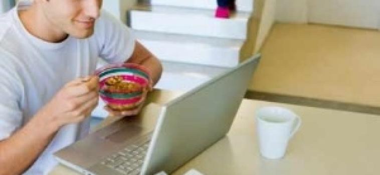 Mais de 20% dos jovens comem sempre na frente da TV ou do computador, mostra pesquisa