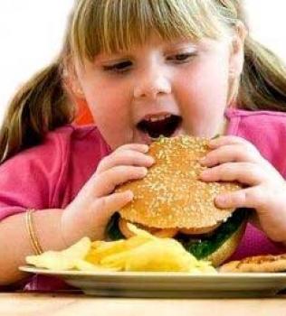 Por pesar mais de 60 kg, menina de 5 anos é afastada dos pais